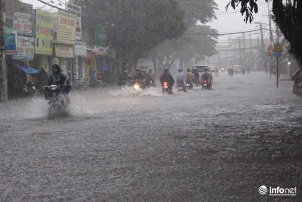 """TP.HCM: Người dân lại """"bơi"""" trong cơn mưa trắng trời, xe chết máy la liệt 1"""