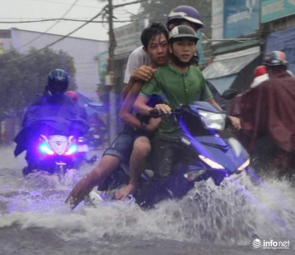 """TP.HCM: Người dân lại """"bơi"""" trong cơn mưa trắng trời, xe chết máy la liệt 5"""