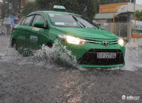 """TP.HCM: Người dân lại """"bơi"""" trong cơn mưa trắng trời, xe chết máy la liệt 9"""