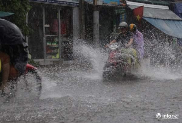 """TP.HCM: Người dân lại """"bơi"""" trong cơn mưa trắng trời, xe chết máy la liệt 2"""