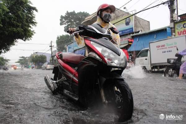 """TP.HCM: Người dân lại """"bơi"""" trong cơn mưa trắng trời, xe chết máy la liệt 8"""