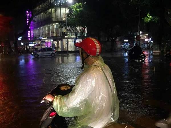 HN: Mưa như thác đổ, nhiều tuyến phố biến thành sông 2