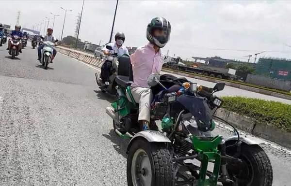 Sốc với hình ảnh người đàn ông không tay chạy xe máy tự chế trên phố SG 1