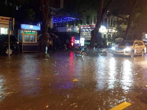 HN: Mưa như thác đổ, nhiều tuyến phố biến thành sông 4