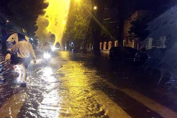 HN: Mưa như thác đổ, nhiều tuyến phố biến thành sông 3