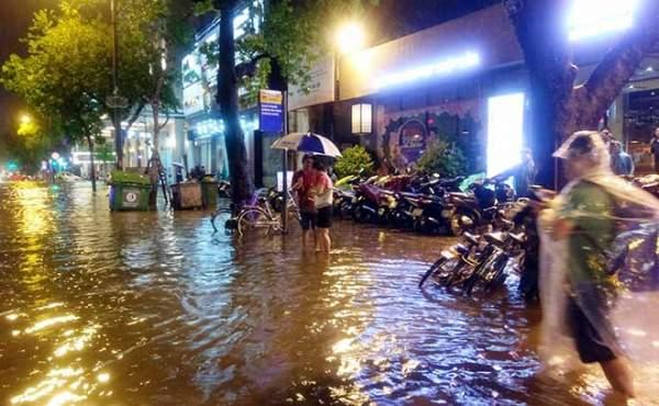 HN: Mưa như thác đổ, nhiều tuyến phố biến thành sông 1