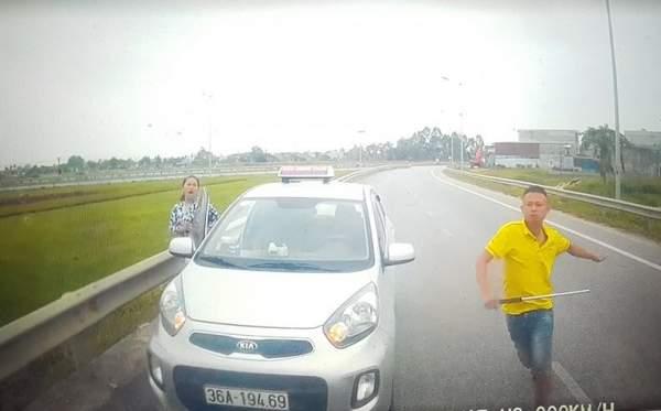 Tài xế taxi đi ngược chiều, rút ống sắt dọa đánh người khai gì? 1