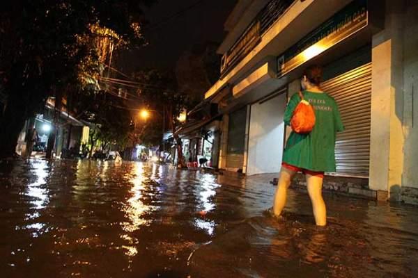 """HN: Mưa lớn kéo dài, dân phố cổ lội """"sông"""" về nhà 1"""
