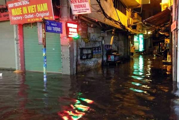 """HN: Mưa lớn kéo dài, dân phố cổ lội """"sông"""" về nhà 2"""