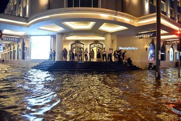 """HN: Mưa lớn kéo dài, dân phố cổ lội """"sông"""" về nhà 6"""