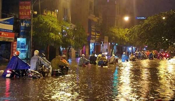 """HN: Mưa lớn kéo dài, dân phố cổ lội """"sông"""" về nhà 7"""