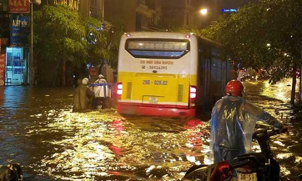 """HN: Mưa lớn kéo dài, dân phố cổ lội """"sông"""" về nhà 8"""