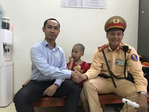 CSGT Hà Nội giúp bé trai 5 tuổi bị lạc về với gia đình 2