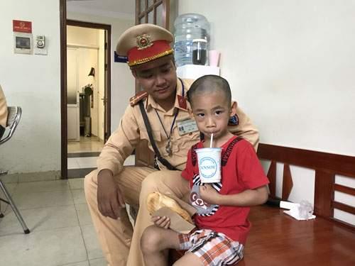 CSGT Hà Nội giúp bé trai 5 tuổi bị lạc về với gia đình 1