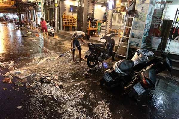 """HN: Mưa lớn kéo dài, dân phố cổ lội """"sông"""" về nhà 9"""
