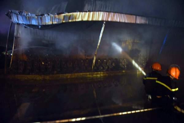 Cháy lớn gần sân bay Nội Bài, lửa ngùn ngụt trong đêm 3
