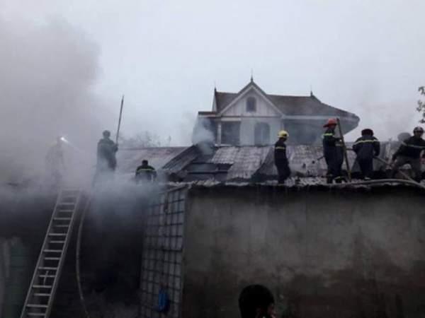 Cháy lớn gần sân bay Nội Bài, lửa ngùn ngụt trong đêm 5