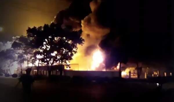 Cháy lớn gần sân bay Nội Bài, lửa ngùn ngụt trong đêm 1