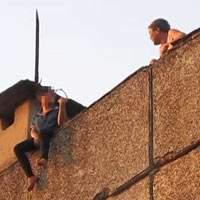 Một giờ căng thẳng giải cứu bệnh nhân đòi tự tử từ tầng 18 BV Bạch Mai 2
