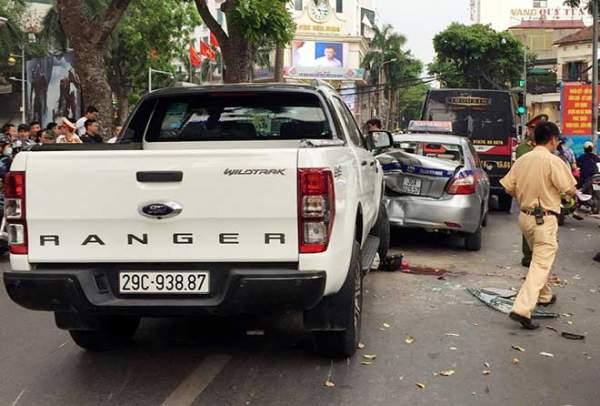 HN: Ô tô bán tải mất lái, tông hàng loạt phương tiện dừng chờ đèn đỏ 1