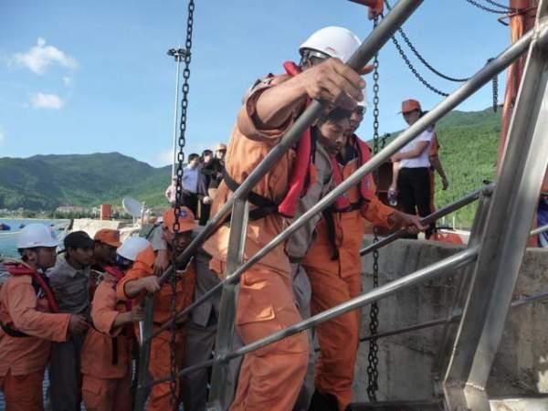 Cứu 17 người trôi dạt trên biển trong tình trạng hoảng loạn 2