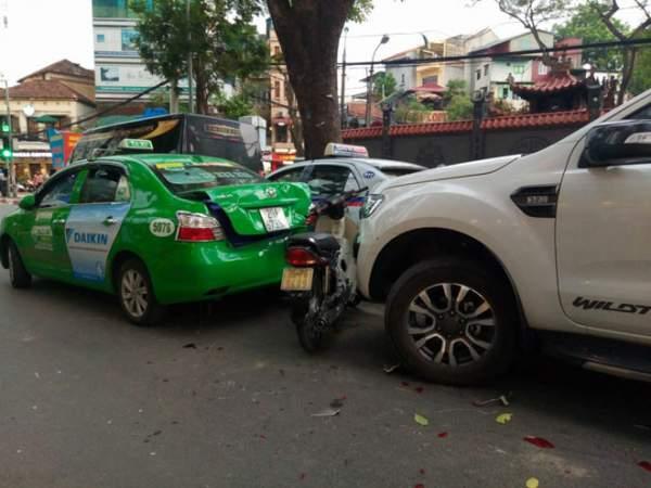 """Hà Nội: Xe """"điên"""" đâm 5 ô tô, xe máy, 3 người thương vong 1"""