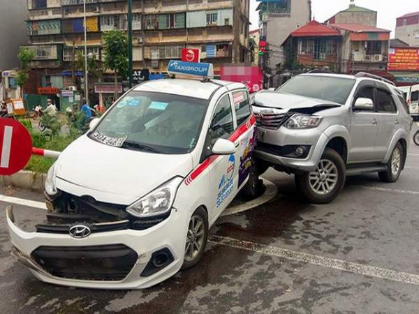 """Hà Nội: Xe """"điên"""" đâm 5 ô tô, xe máy, 3 người thương vong 2"""
