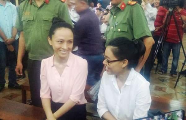 Phương Nga và Thùy Dung cười tươi khi rời trại tạm giam 4