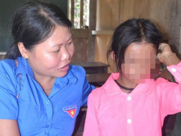"""Bé gái 5 tuổi mọc lông đầy mình ở Cà Mau: """"Con ngứa và đau lắm"""" 5"""