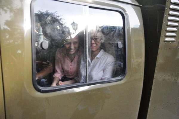 Phương Nga và Thùy Dung cười tươi khi rời trại tạm giam 6