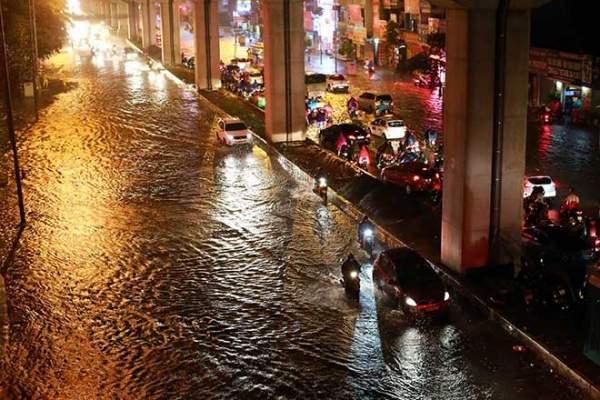 Mưa như thác đổ, đường phố Hà Nội chìm trong biển nước 3