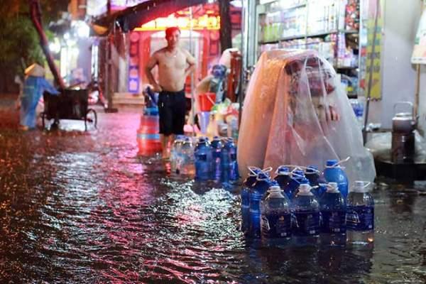 Mưa như thác đổ, đường phố Hà Nội chìm trong biển nước 6