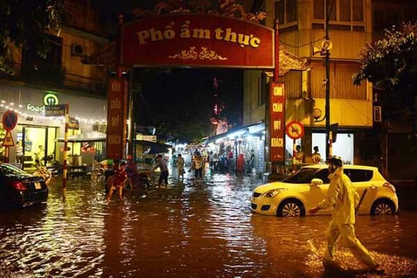 Mưa như thác đổ, đường phố Hà Nội chìm trong biển nước 12