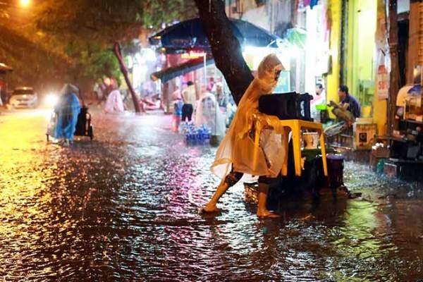 Mưa như thác đổ, đường phố Hà Nội chìm trong biển nước 2