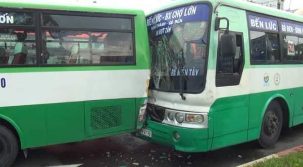"""Hai xe buýt đâm nhau biến dạng vì biển quảng cáo """"trên trời"""" rơi xuống 1"""