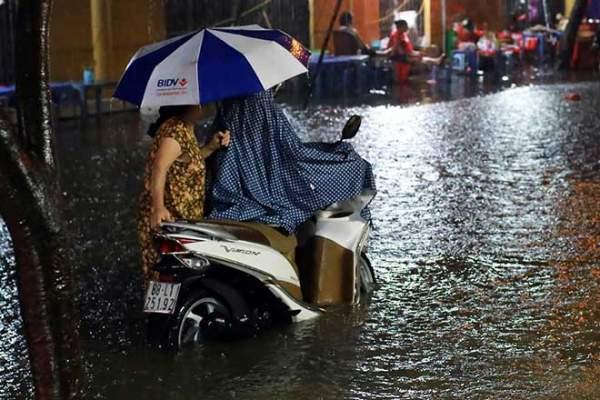 Mưa như thác đổ, đường phố Hà Nội chìm trong biển nước 9