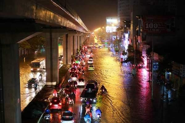 Mưa như thác đổ, đường phố Hà Nội chìm trong biển nước 1