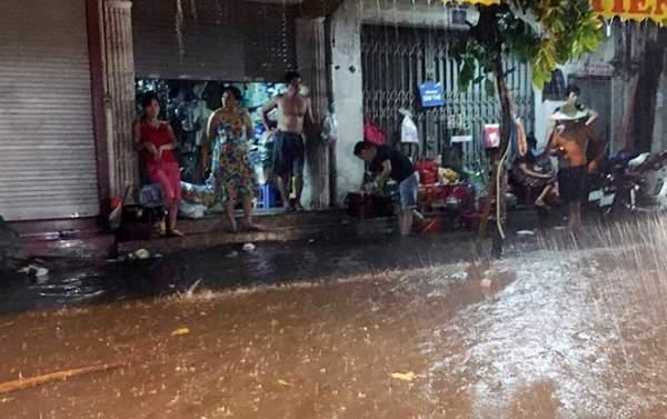 Mưa như thác đổ, đường phố Hà Nội chìm trong biển nước 11