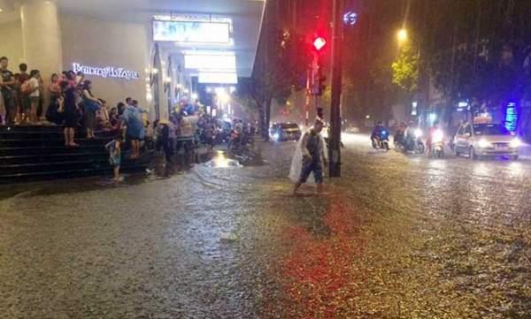 Mưa như thác đổ, đường phố Hà Nội chìm trong biển nước 10
