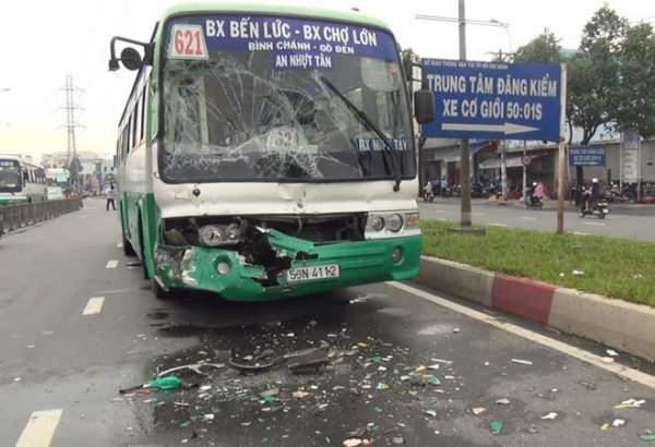 """Hai xe buýt đâm nhau biến dạng vì biển quảng cáo """"trên trời"""" rơi xuống 2"""