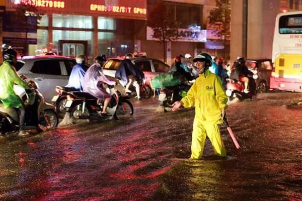 Mưa như thác đổ, đường phố Hà Nội chìm trong biển nước 8