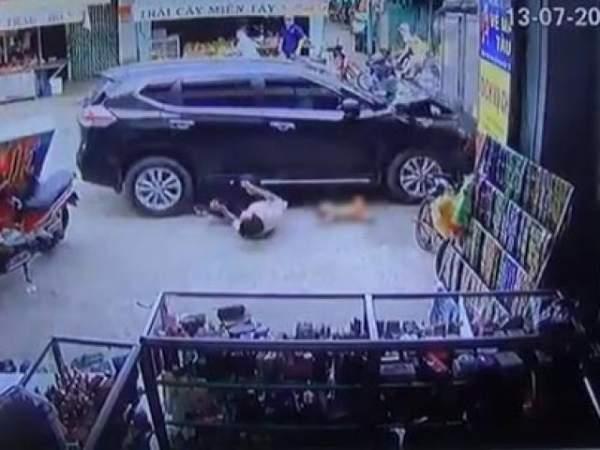 Ô tô rượt đuổi xe máy như trong phim, đâm vào đám đông trước siêu thị 2