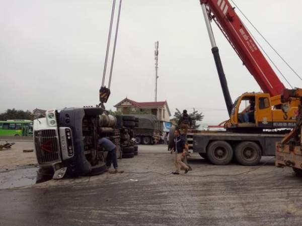Xe tải chở đất lật nghiêng đè bẹp dúm ô tô, lái xe chết thảm 3