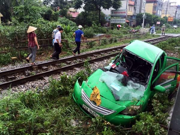 Vượt đường ngang, taxi bị tàu hỏa húc bay hàng chục mét 1