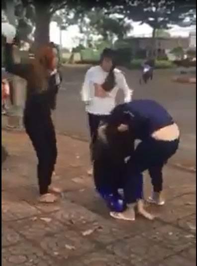 Hai nhóm thiếu nữ dùng nón bảo hiểm lao vào đánh nhau 2
