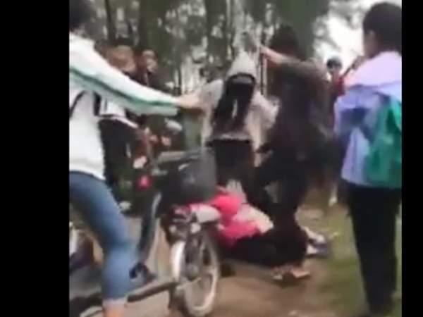 Hai nhóm thiếu nữ dùng nón bảo hiểm lao vào đánh nhau 4