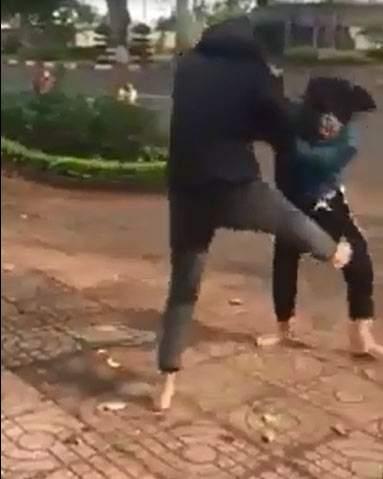 Hai nhóm thiếu nữ dùng nón bảo hiểm lao vào đánh nhau 1