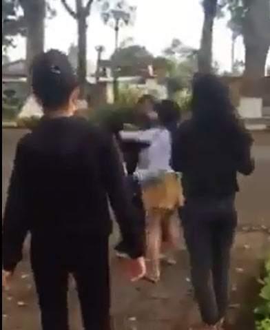 Hai nhóm thiếu nữ dùng nón bảo hiểm lao vào đánh nhau 3