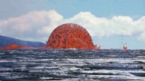 Tháp dung nham cao 20 mét đỏ rực giữa biển khơi 1