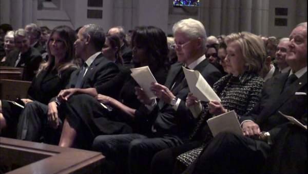 Bà Melania cười với Obama trong lễ tang cựu Đệ nhất phu nhân Bush 1